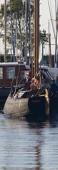 Klompvormige boot in de haven