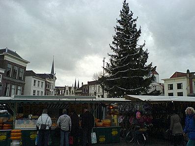 Kerstboom tussen de marktkramen