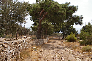 Pad langs stenen muren