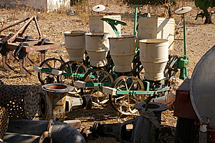 Zaaimachine in het oude dorp