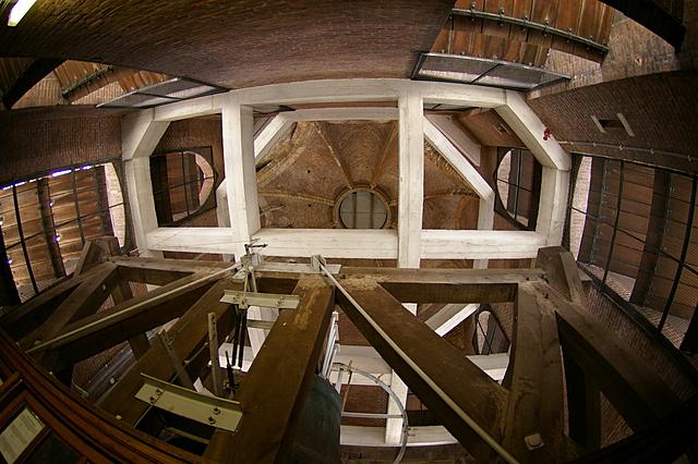 Na de eerste serie trappen is de ruimte met de hele grote klok.