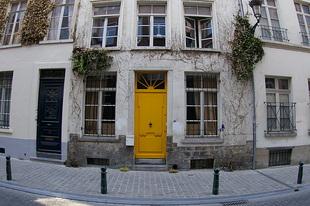 Huis met gele deur