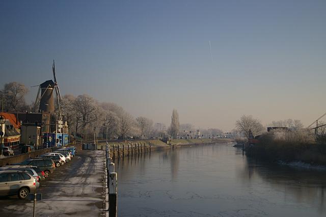 De Hollandse IJssel met een laagje ijs