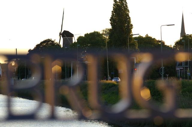 De Haastrechtse brug met Gouda op de achtergrond