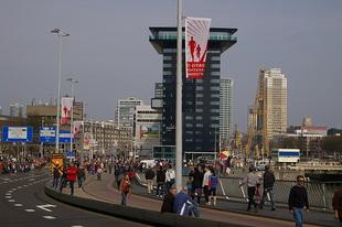 De lopers komen terug over de Erasmusbrug