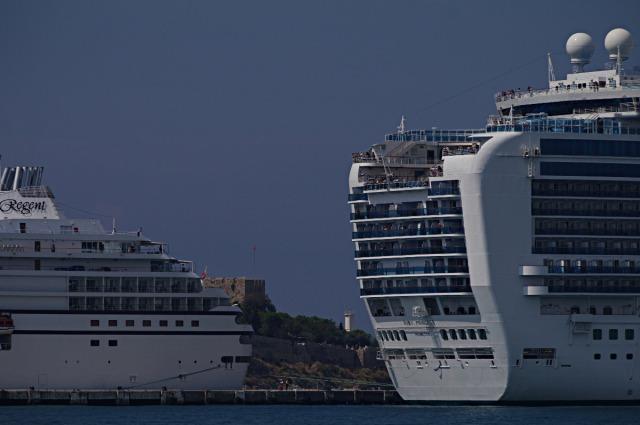 Voorzichtig wordt ze achteruit de haven in gemanouvreerd. Zonder hulp van de sleepboot!