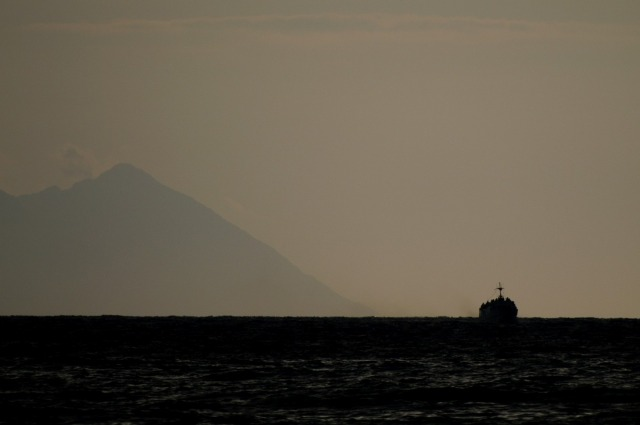 Tijdens het vallen van de haven kiest weer een zeereus het ruime sop...
