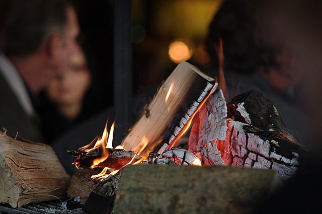 Binnen knapperde het vuur...