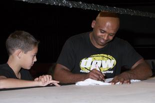 Santos signeert tijdens de Meet and Greet