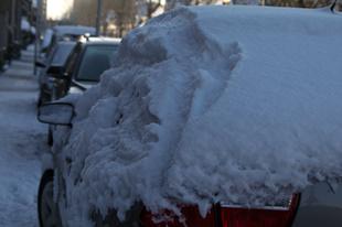 Sneeuw van een auto gooit prima