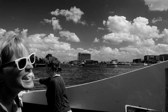Op de pont over het IJ