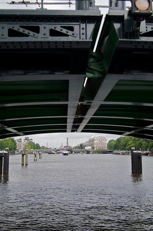 Doorkijk onder brug