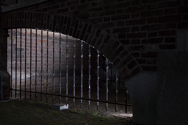 Onder de ingang van het Binnenhof