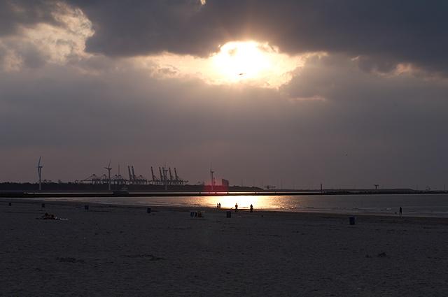 De ronde zon was veranderd in een lichte vlek in het wolkendek...