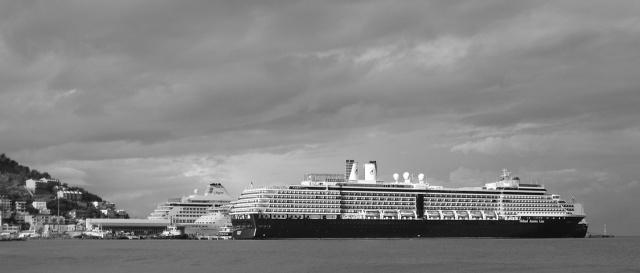 Vier schepen in de haven van Kuşadası
