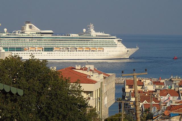 Cruiseschip komt aan in Kuşadası