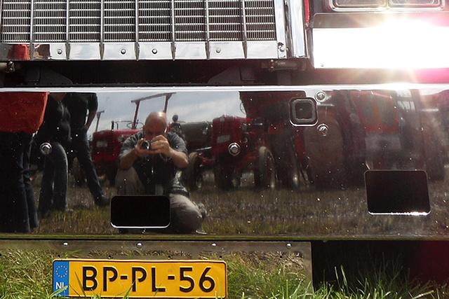 Spiegelende bumper van een Amerikaanse truck