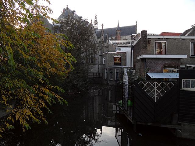 Bebouwing aan de Lange Tiendeweg en herfstkleuren naast het Willem Vroesenpas