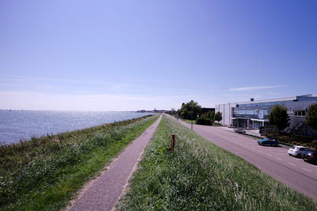 Zicht op het Markermeer, Volendam en het geitje helemaal rechts